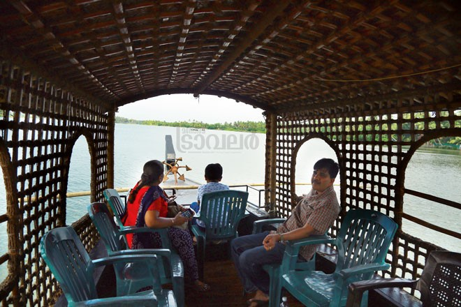 8)Chettuva-tourists-in-boat